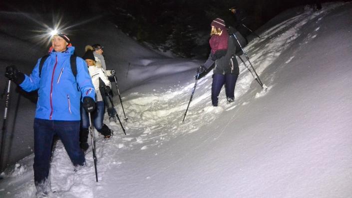 Geführte Abend-Schneeschuhwanderung in der Nähe von Luzern