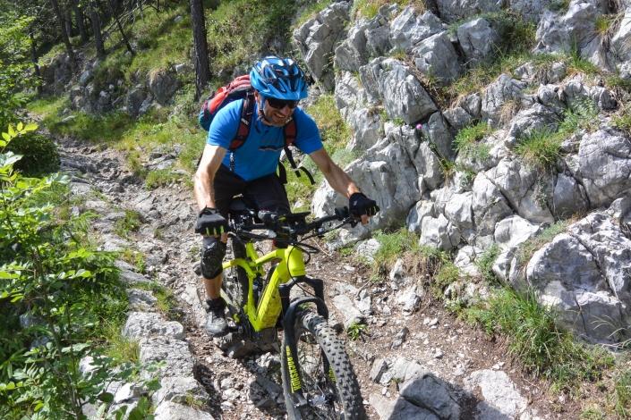 E MTB Biketour Trail mit Felsen