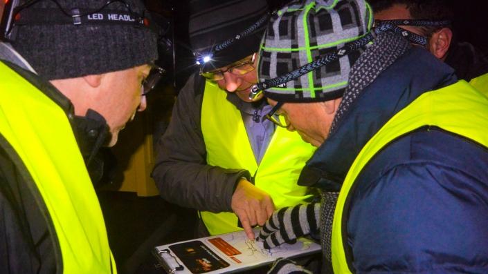 Team beim Rätsellösen beim Geocaching by Night als Teamevent Luzern